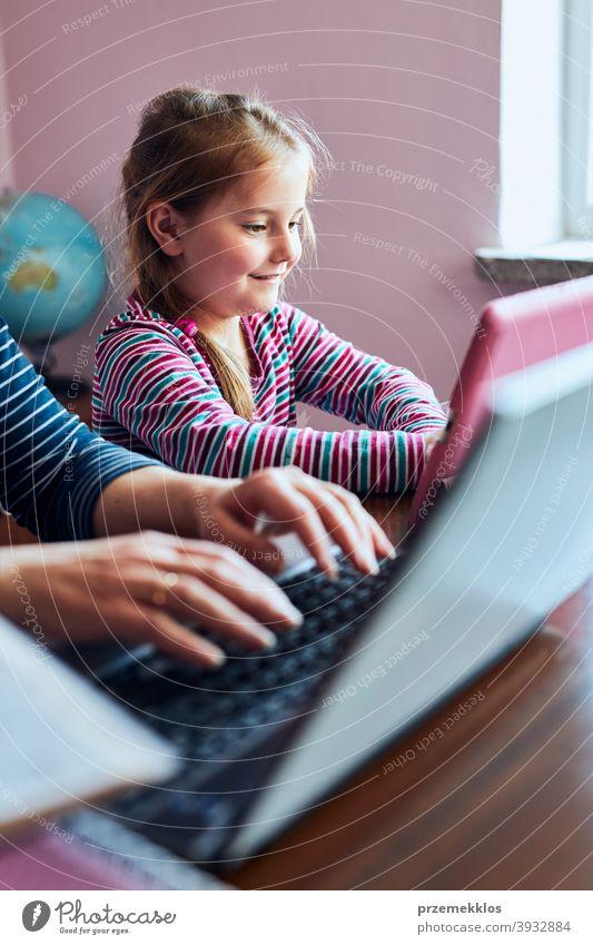 Kleines Mädchen Vorschüler beobachten Video auf dem Tablet, während Frau Mutter arbeiten ihre Arbeit aus der Ferne tun Bett Schlafzimmer Ordner Anruf Talkrunde