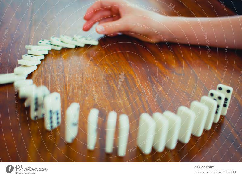 Domino das Gesellschaftspiel Dominosteine Spielen Farbfoto umfallen Spielzeug Freizeit & Hobby Finger Erfolg Hand Mensch Freude Bewegung Tag Kettenreaktion