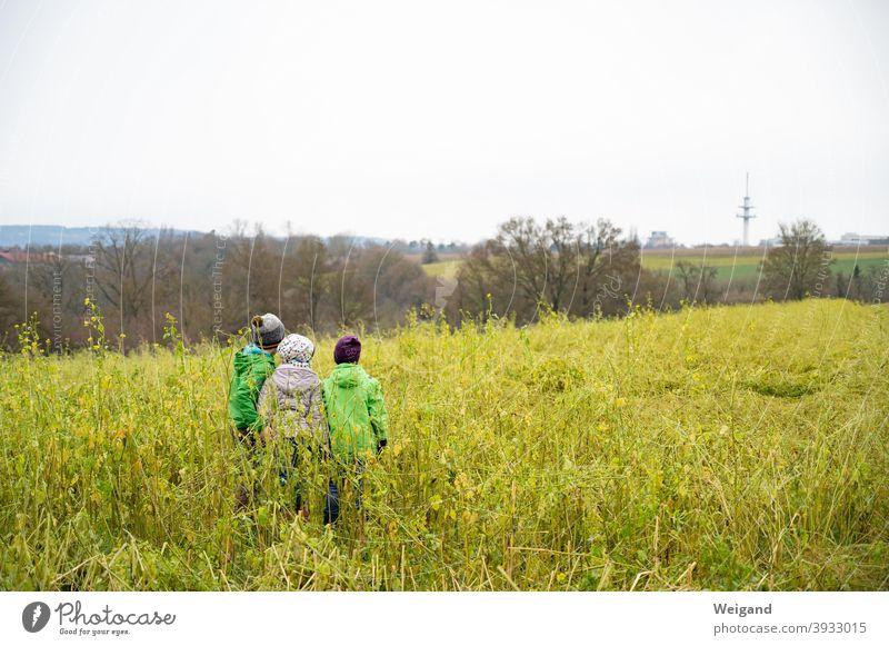 Freundschaft unter Kindern Kindheit Erziehung Familie Grundschule kita Abenteuer Spaziergang draußen Familie & Verwandtschaft Lächeln Zusammensein