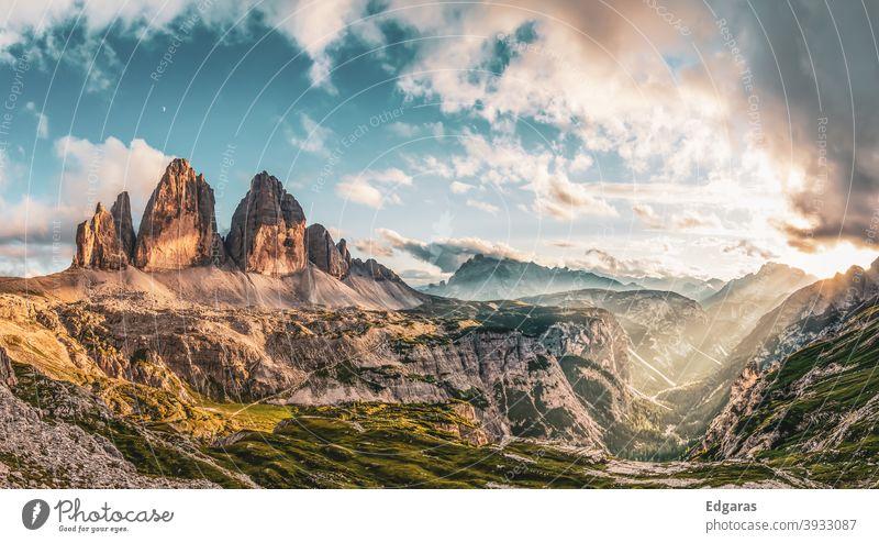Panoramablick auf den Sonnenuntergang in Tre cime di lavaredo, Dolomiten Berge, Italien dolomiten italien tre cime di lavaredo dolomiti Berge u. Gebirge