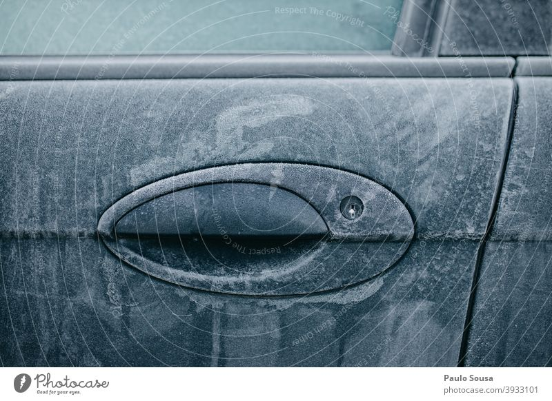Frostiges Autoschloss Tür Winter PKW kalt gefroren frieren Autofenster Eis Autotür Außenaufnahme Fenster Morgen Schnee Glas blau Kontrast Farbfoto Menschenleer