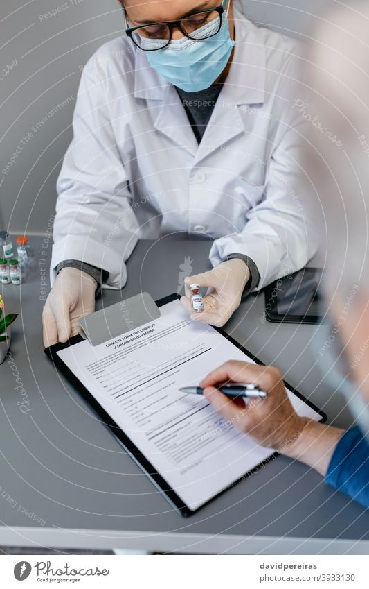 Ärztin erklärt ihrer Patientin den Nutzen und die Risiken der Coronavirus-Impfung Arzt zu erklären. Coronavirus-Impfstoff mögliche Beeinträchtigungen Ampulle