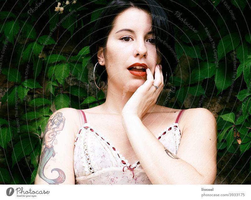 Süßes tätowiertes Mädchen II Tattoo Frau Nizza Schönheit cool Hipster niedlich dunkles Haar jung Natur Lifestyle Menschen menschlich Porträt Posen Mode modern