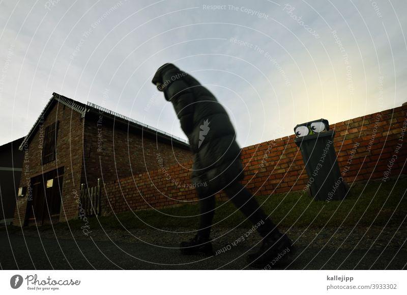 eye you! augen Auge Comic Mülltonne Mensch Passant beobachten spy Spionage spionieren geheimnisvoll Thriller Kriminalität Krimminell krimmi Mauer