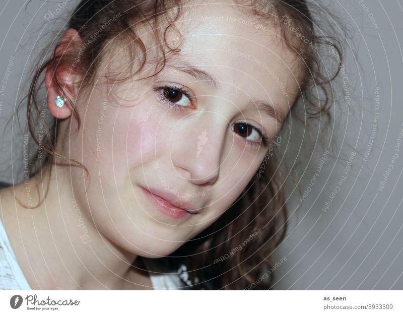 Mädchen mädchenhaft Locken Kind Kindheit 8-13 Jahre schön Blick Porträt feminin Blick in die Kamera Lächeln brünett dunkelhaarig Augen braunes Auge unschuldig