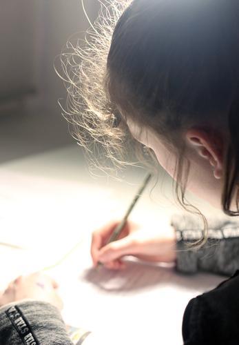 Zeichnen Mädchen malen zeichnen von hinten Locken Sonnenlicht Gegenlicht Hand Stift Bleistift Kreativität Kunst Freizeit & Hobby Innenaufnahme Kindheit