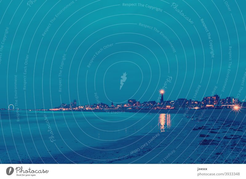 Strand von Scheveningen mit Leuchtturm Den Haag Nordsee Langzeitbelichtung Städtereise Himmel Horizont Niederlande Stadt Skyline maritim Farbfoto Außenaufnahme