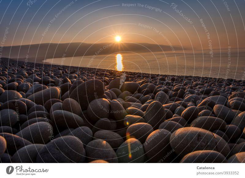 Im Abendlicht leuchten die Kiesel am Strand  der Bucht Tageslicht Stimmung Abemd Sonnenuntergang Abenddämmerung Wasser Küste Meer Natur Himmel Landschaft