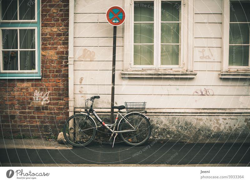 Regelverstoß | Fahrrad steht provizierend an einem Verbotsschild | Absolutes Halteverbot | systemrelevant | exekutive Staatsgewalt stehen provozieren