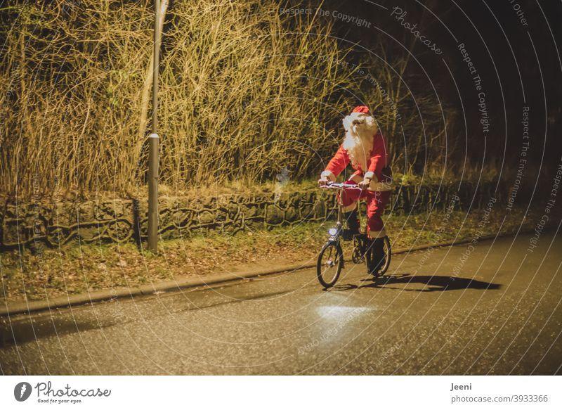 Da kam er angeradelt am Heiligen Abend | Weihnachtsmann auf dem Fahrrad | weil kein Schnee lag, konnte er den Schlitten nicht nutzen | mit Mund-Nasen-Schutz wegen der Corona-Pandemie