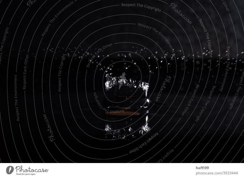 Wassertropen fallen und lassen Figuren entstehen Tropfen Wassertropfen Wasseroberfläche spritzen Lichtbrechung glänzend Detailaufnahme liquide Tropfenbild