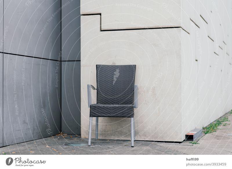 ein Stuhl allein in einer Ecke warten Einsamkeit trist Wand Mauer Design einfach ästhetisch sitzen Klappstuhl grau Stühle minimalistisch eckig stufen Ordnung