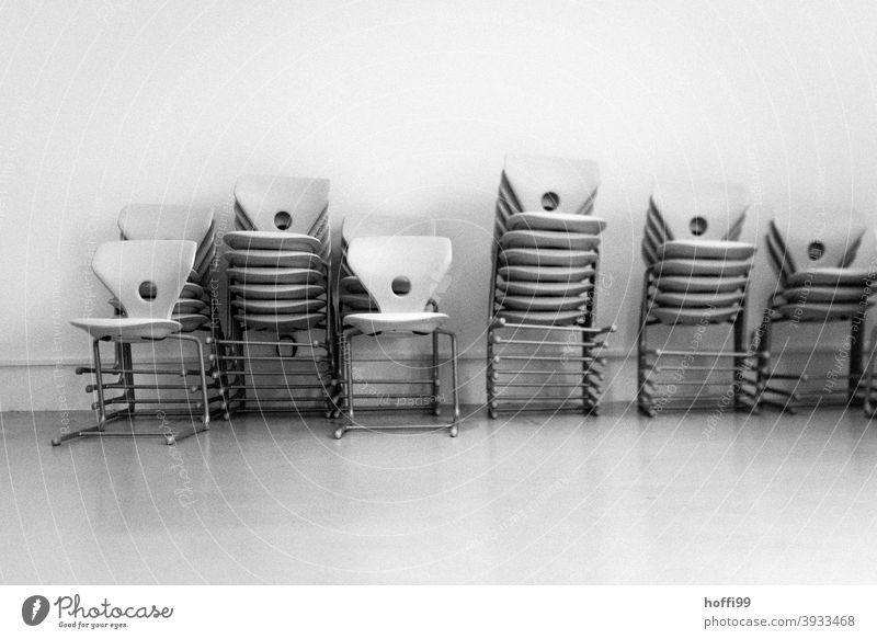 Stapel von Stühlen Stuhlgruppe Stuhlstapel aufeinander Bestuhlung minimalismus Konferenzsaal Klappstuhl minimalistisch Büro Ordnungsliebe stapelbar Möbel gleich