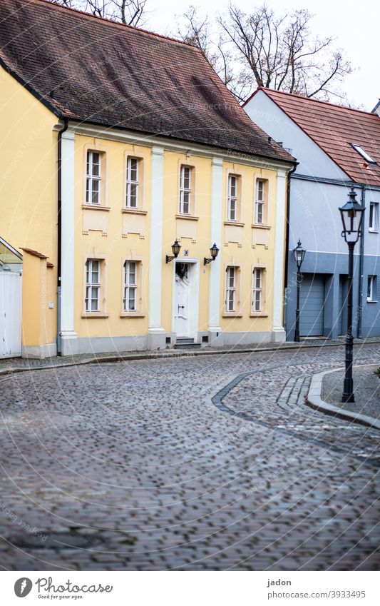 empty streets (35). Straße Pflastersteine Laterne Fassade Außenaufnahme Menschenleer Stadt Wege & Pfade Haus Wand Fenster Architektur Altstadt Tür