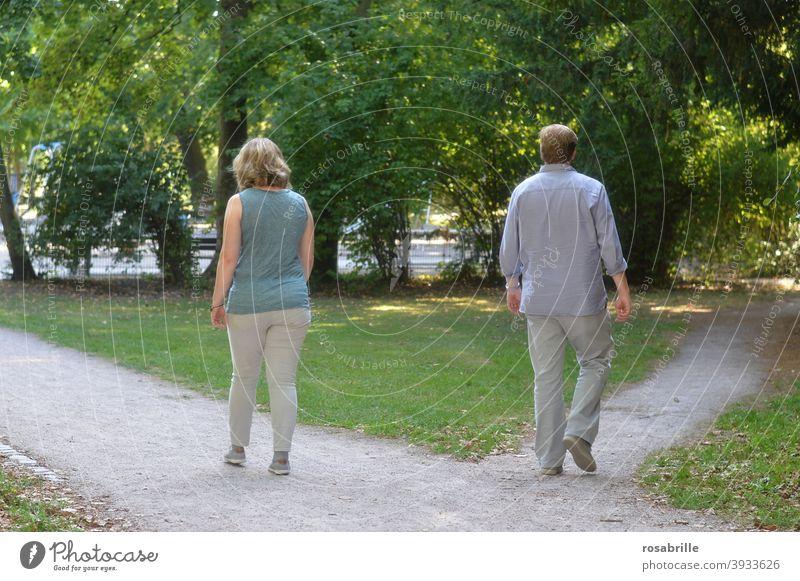 Lebensbrüche  | Paar geht getrennte Wege Trennung Ehepaar Scheidung trennen Lebensbruch Weggabelung Ende Krise Seitensprung unterschiedlich alleine eigen