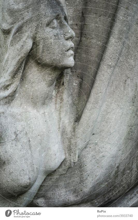 Relief einer nackten schönen auf einem Grabmal. Frau Friedhof Gebet angel prayer graveyard Tod death Trauer mourning Religion Kreuz Trost Zuversicht Efeu