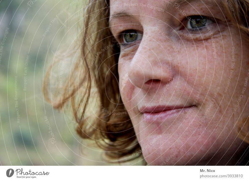 Zufrieden und sympathisch Gesicht Porträt Frau Blick schön Lächeln hübsch Schönheit Sommersprossen Mund Lippen Augen Haare & Frisuren Locken feminin