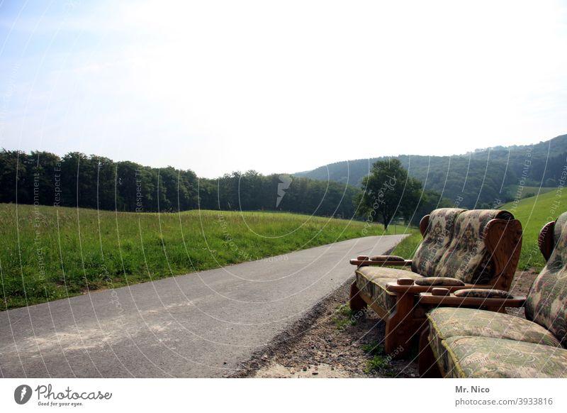 abgestelle Möbel am Straßenrand Sofa Erholung Sitzgelegenheit Couch Wege & Pfade Landschaft Natur Wegesrand grün Baum Wiese ruhig Wald Bergisches Land