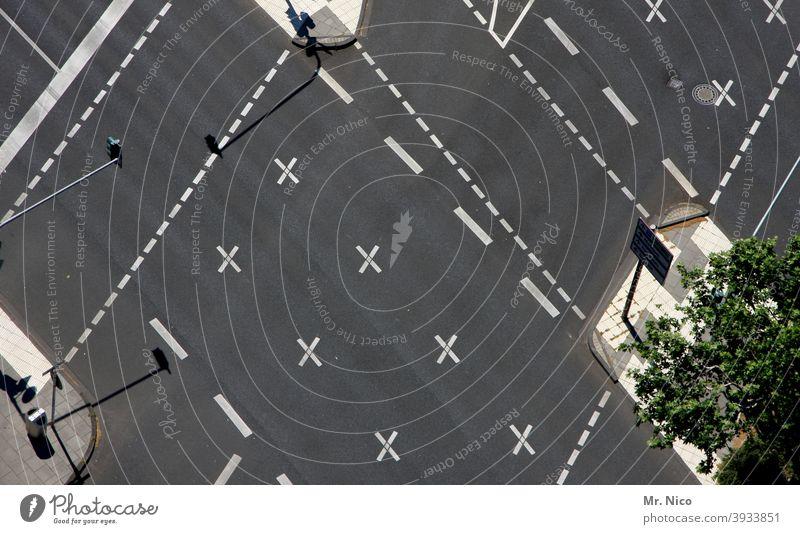 Straßenkreuzung Streifen Strukturen & Formen Kreuzung Orientierung Wegkreuzung Richtung straße markierung Straßenverkehrsordnung linie wegweiser Navigation