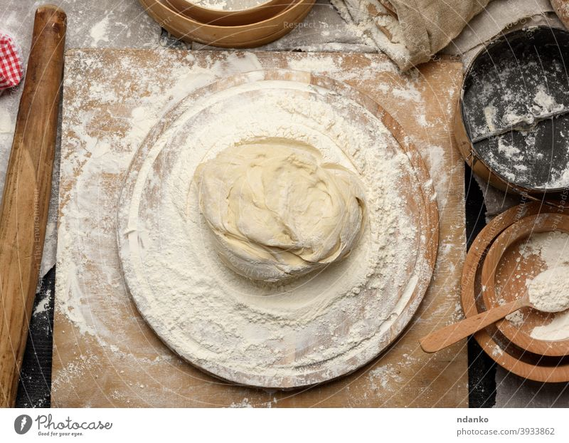 gekneteter Teig aus weißem Weizenmehl liegt auf einem runden Holzbrett Teigwaren Mehl Lebensmittel frisch Korn heimwärts selbstgemacht Bestandteil Küche kneten