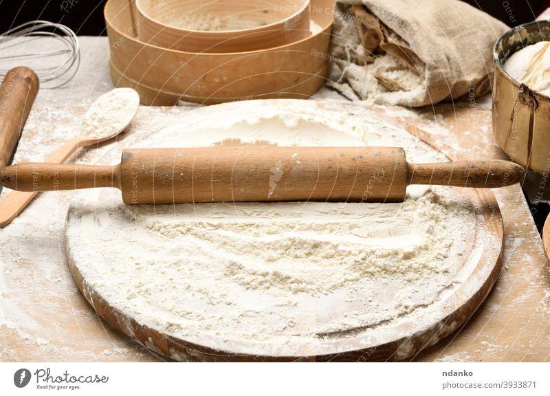 Weißes Weizenmehl und hölzernes Nudelholz auf Brett, Backzutaten Sieb Teigwaren Mehl Lebensmittel frisch Frische Korn selbstgemacht Bestandteil Küche Mahlzeit