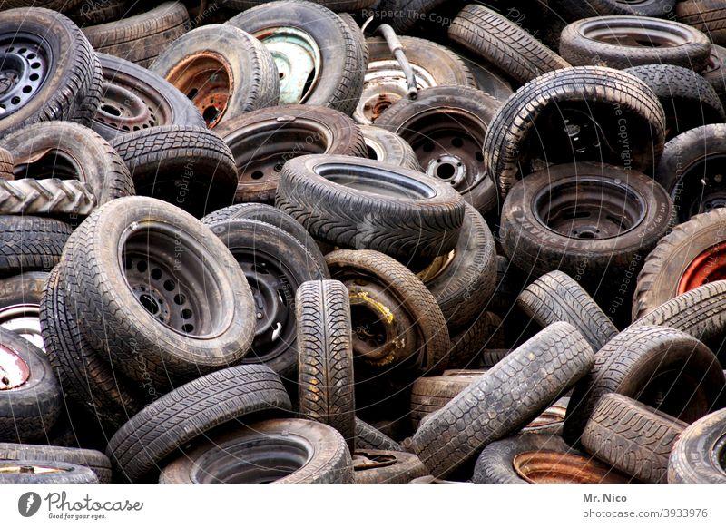 Altreifensammelstelle Reifen Reifenprofil Gummi schwarz Schrott Recycling gestapelt entsorgung müll alt material industrie verschmutzung Abfall Recyclinghof