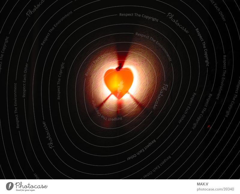 Tabeas Herz rot schwarz Lampe dunkel Mittelpunkt