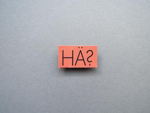 Hä? Unverständnis wundern Fragen unklar Fragezeichen ratlos Rätsel Irritation unsicher Schriftzeichen Hintergrund neutral Menschenleer Studioaufnahme
