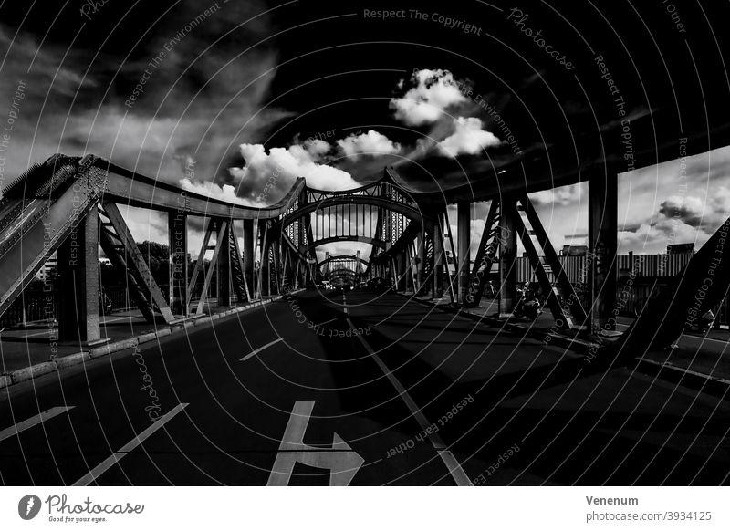 Swinemünder Brücke in Berlin Brücken Straße Straßen Eisenbahn Spuren Eisenbrücke Großstadt urban Kapital Himmel Cloud Wolken schwarz auf weiß