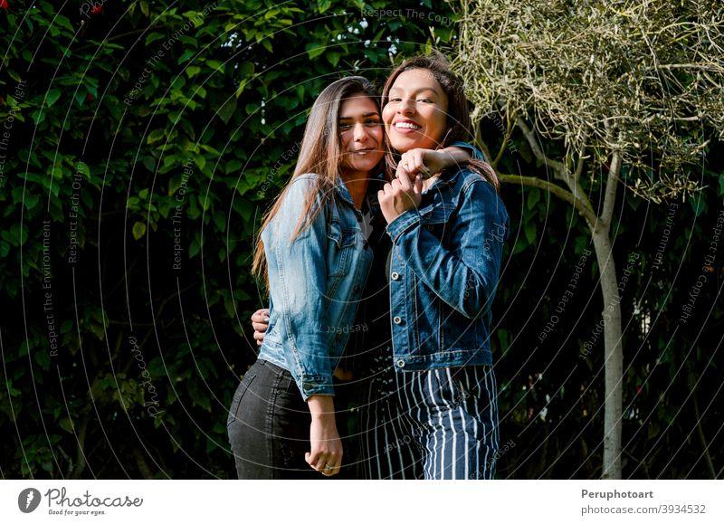 Outdoor-Lifestyle-Porträt von zwei besten Freunden Natur Spaß Park jung schön Freundschaft Fröhlichkeit im Freien Menschen hübsch Zusammensein Frauen niedlich