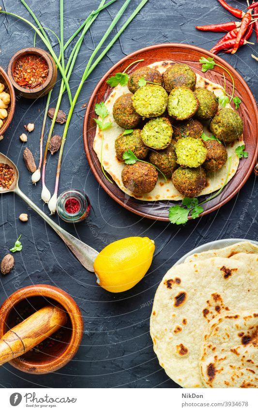 Leckere Falafelbällchen Kichererbsen Vegetarier Hummus Gemüse gebraten Lebensmittel israelisches Essen Pita Falafelplatte arabische Küche Amuse-Gueule