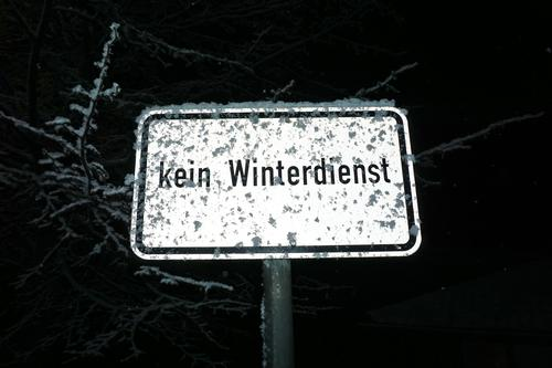"""Straßenschild """"kein Winterdienst"""" - nachts angeleuchtet und leicht mit Schnee bedeckt / Rutschgefahr / Nebenstraße Schild Hinweisschild Räumdienst Schneefall"""