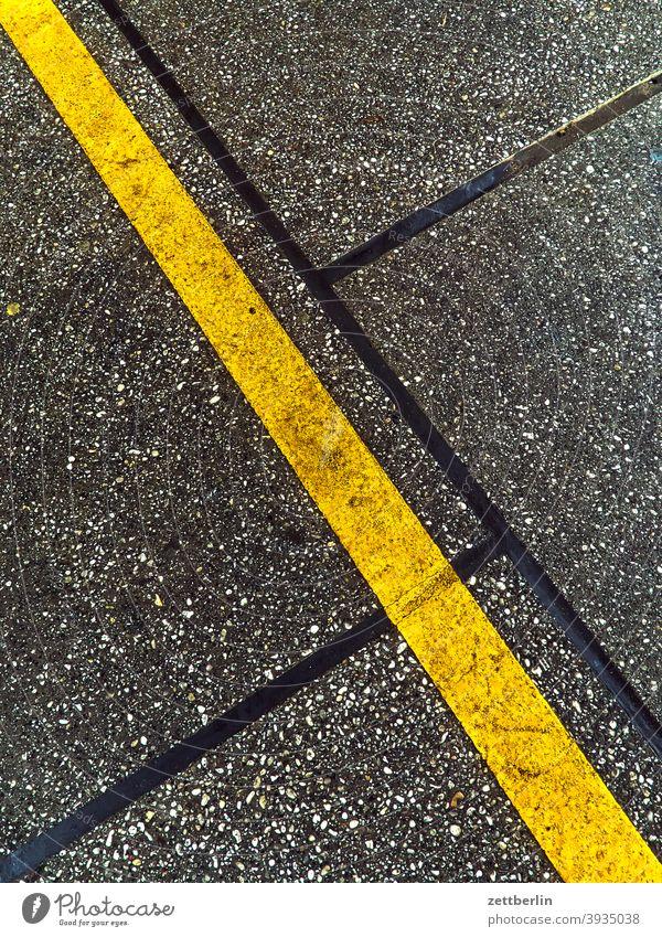 Gelbe Linie abbiegen asphalt autobahn ecke fahrbahnmarkierung fahrrad fahrradweg hinweis kante kurve linie links navi navigation orientierung pfeil radfahrer