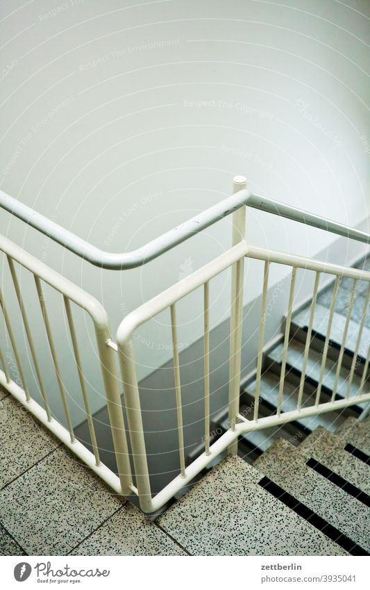 Treppe, Treppenhaus, Treppengeländer absatz abstieg abwärts altbau aufstieg aufwärts fenster mehrfamilienhaus menschenleer mietshaus stufe textfreiraum treppe