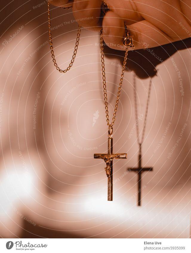 Anhänger des gekreuzigten Christus mit warmen Lichtern und Schatten. Kreuzigung Christentum Religion & Glaube Stimmung Weihnachten Jesus Christus Hoffnung