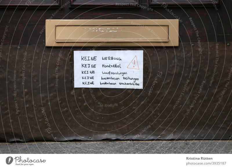 handgeschriebener zettel klebt unter dem briefschlitz: keine werbung, handzettel, wurfsendungen, zeitungen, wochenblätter haustür kostenlose briefeinwurf