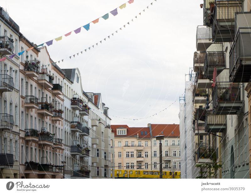 Schönhauser Ansicht aus der Nebenstraße Straßenkunst Dekoration & Verzierung Fahne hängen Solidarität Lebensfreude Häuserzeile Stadtviertel Nachbarschaft