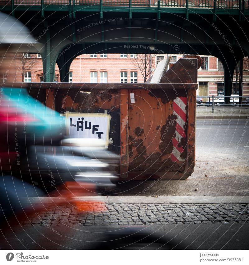 für Radler läuft es rund Geschwindigkeit Container vorbeifahren Zettel angeklebt Großbuchstabe aufgepinselt Schönhauser Allee Deutsch Subkultur Wort