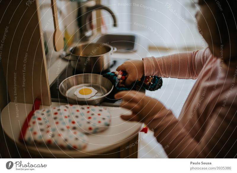 Kind spielt Spielzeug Küche Simulation Kindheit Farbfoto Freizeit & Hobby Kleinkind Spaß Kindergarten Fröhlichkeit 1-3 Jahre Tag Leben mehrfarbig Spielen Freude