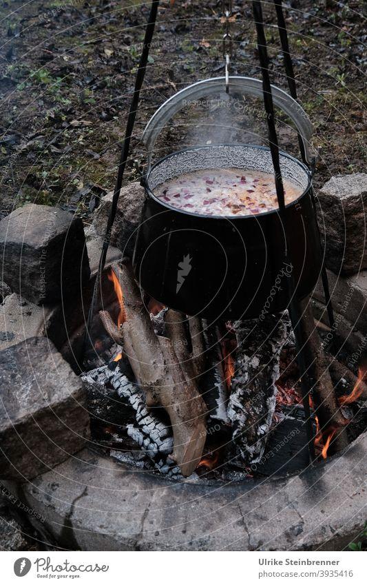 Ungarische Fischsuppe über Lagerfeuer Kochen Kessel Dreibein Feuer Feuerstelle Suppe ungarisch Weihnachtsessen Glut Wärme heiß Flamme brennen dampfen