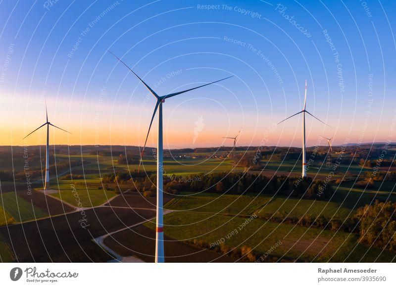 Luftaufnahme eines farbenfrohen Herbst-Sonnenuntergangs bei Windkraftanlagen Antenne Ackerbau alternativ blau Sauberkeit Konstruktion Landschaft ökologisch