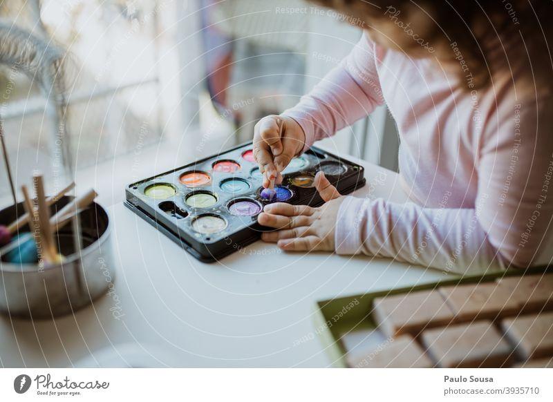 Mit Aquarell spielendes Kind Wasserfarbe Gemälde Freizeit & Hobby Anstreicher Papier zeichnen Pinselblume mehrfarbig Farbfoto malen Kreativität Kunst Bildung