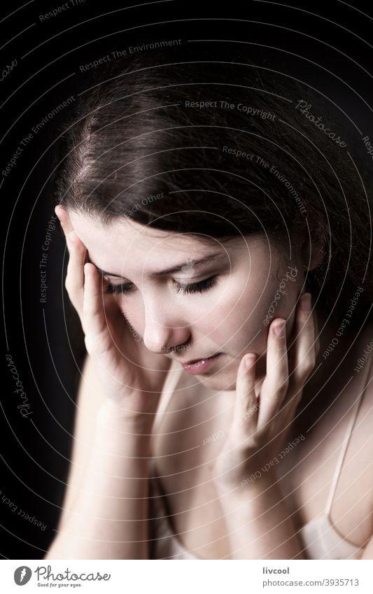 junge Frau in trauriger Haltung Mädchen Model hübsch Schönheit echte Menschen traurige Haltung heimwärts Innenbereich Hand im Innenbereich Lifestyle Haus