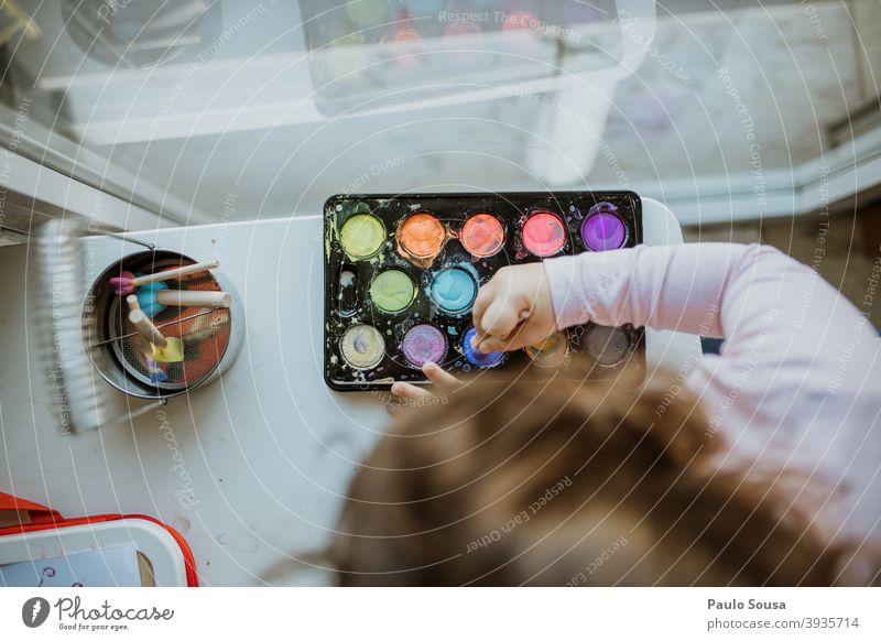 Kind spielt mit farbigen Aquarellfarben Wasserfarbe Kreativität 1-3 Jahre Kindergarten malen Kunst Farbfoto Freizeit & Hobby mehrfarbig Pinselblume Farbe