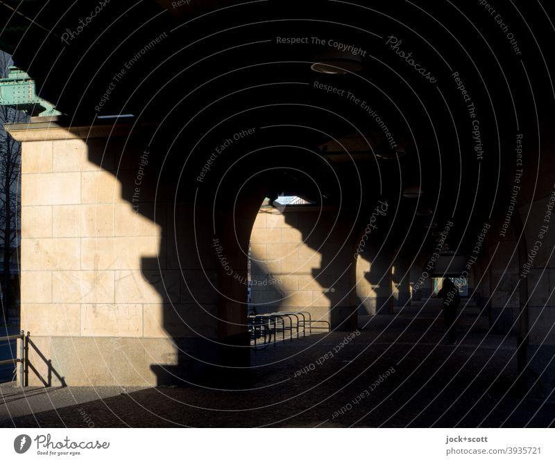 Schönhauser Licht mit Schatten Lichteinfall Lichtspiel Bauwerk Unterführung historisch Schönhauser Allee Prenzlauer Berg Hochbahn Symmetrie Strukturen & Formen