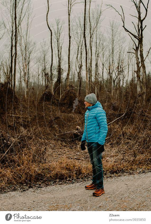Sportlicher Rentner in der Natur beim spazieren gehen im Freien sportlich rentner Ändern Mann Porträt mütze Winter Kälte Landschaft Wald sträucher freizeit
