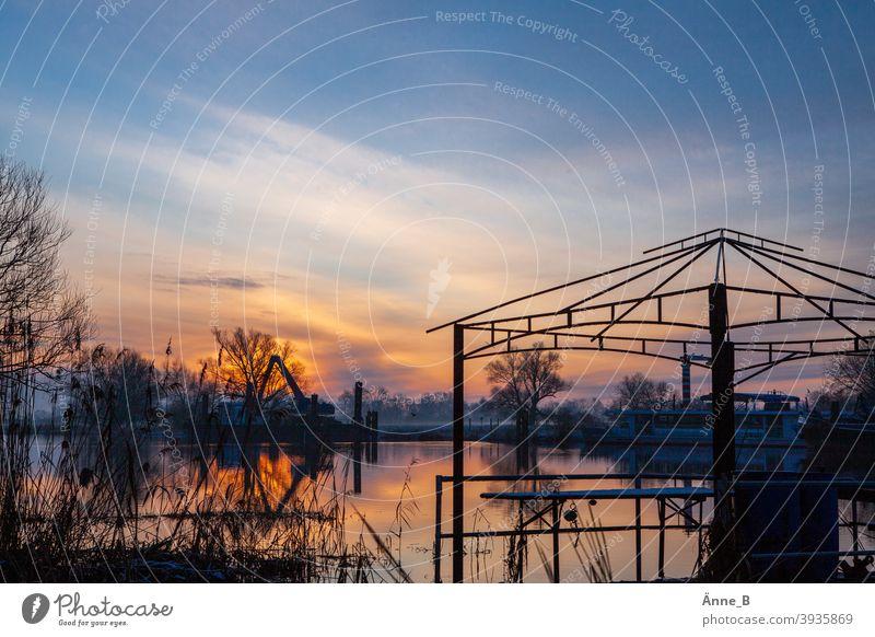 Sonnenaufgang am Fluss Wasser Havel Bäume Gebilde Floß Dach Gerüst Pavillon Dachgerüst Spiegelung Wolken Himmel Silhouette blau rot orange Licht Schatten Wärme