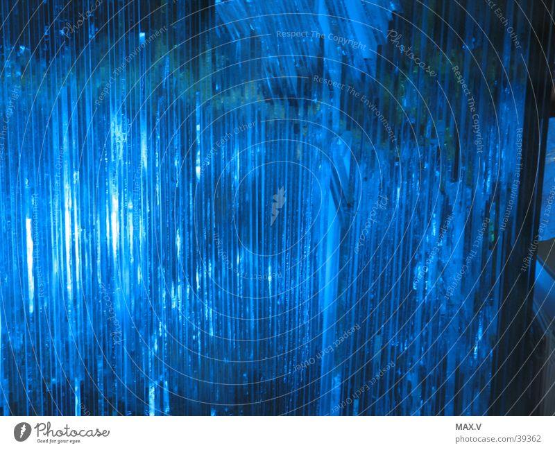 Lichtspiel Mensch blau dunkel Glas Stapel Schallplatte diffus Glasscheibe