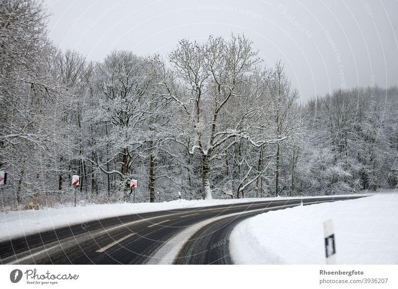gefährlich glatte Straße mit Schneeverwehungen straße landstraße bundesstraße verkehr straßenverkehr schnee glätte winter wintereinbruch fahrbahn verkehrsregeln