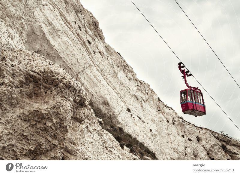 Eine leere Seilbahn am Berg Seile Berge u. Gebirge Bergkamm transport transportmittel Gondellift Kabel Wolken Himmel Menschenleer Ausflug Tourismus